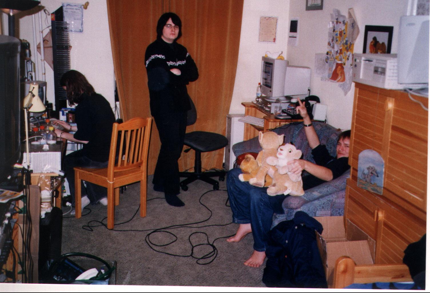 sendung- puma am irc, claudi im raum und ich am mic und foto, kebap auf couch.jpg